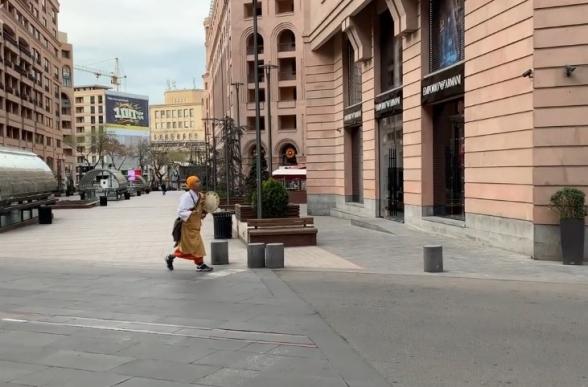 «Սրան կառավարությունն է բերել, որ թու, թու, թու անի». օտարերկրացին նվագում է Երևանում (տեսանյութ)