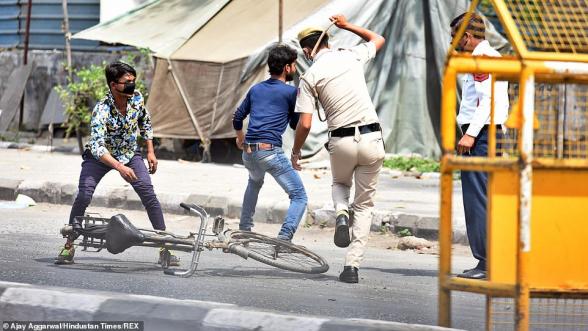Հնդկաստանում մեկուսացման կանոնները խախտածներին փայտով ծեծելով են ուղարկում տուն