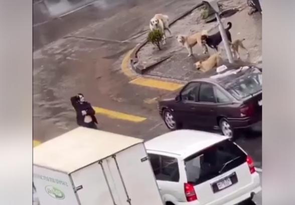 Կանգնել է փողոցի մեջտեղը, բացել կրծքերը (տեսանյութ)
