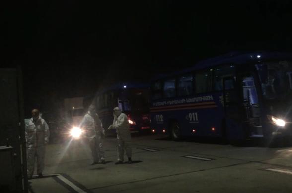 ՀՀ ժամանած ուղևորները Զվարթնոց օդանավակայանից ԱԻՆ ավտոբուսներով մեկուսացման վայրեր են տեղափոխվել (տեսանյութ)