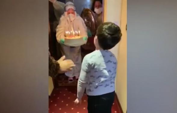 Բուժաշխատողների անակնկալը կարանտինի մեջ գտնվող փոքրիկի ծննդյան տարեդարձին