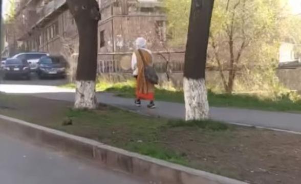 Разгуливающий по Еревану странный мужчина на этот раз появился в Давташене