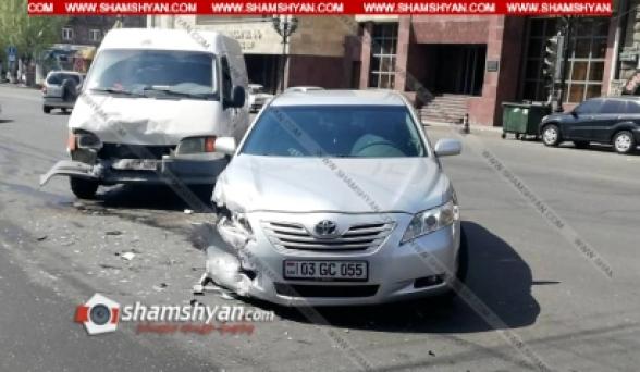 Երևանում բախվել են Toyota-ն ու Ford Transit-ը. կա վիրավոր