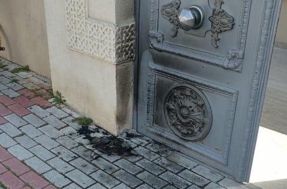 «Կորոնավիրուսը սրանք են բերել». Ստամբուլում փորձել են այրել հայկական Սուրբ Աստվածածին եկեղեցու դուռը