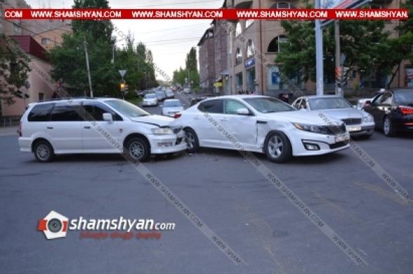 Դավիթաշենում բախվել են KIA-ն ու Mitsubishi Chariot-ը (տեսանյութ)