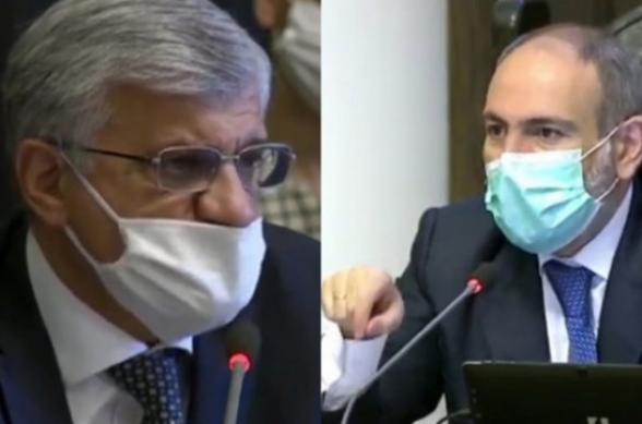 Դիմակը սխալ կրելու համար վարչապետը նկատողություն արեց Արմեն Ղուլարյանին