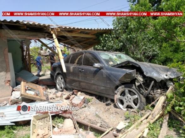 Արմավիրի մարզում 31-ամյա վարորդը Mercedes-ով մխրճվել է բնակչի տան մեջ՝ փլուզելով պատերն ու առաստաղը. կա վիրավոր