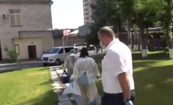Շտապօգնության աշխատակիցներ ԱԺ-ում. թեստավորում են կոնտակտավորներին (տեսանյութ)