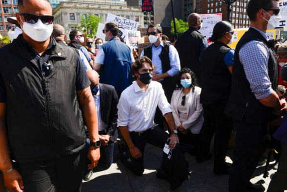 Կանադայի մայրաքաղաքում վարչապետ Թրյուդոն ծնկի է իջել հակառասիստական ցույցի ժամանակ