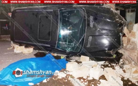 Երևանում 40-ամյա վարորդը BMW X5-ով բախվել է երկաթե ցանկապատերին, կոտրել դրանք․ փլուզել բնակչի քարե պարիսպն ու կողաշրջվել. վերջինս տեղում մահացել է