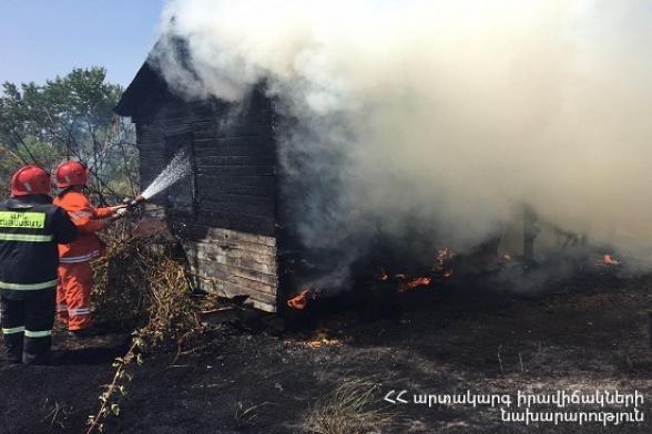 Ծաղկունք գյուղում այրվել է փայտյա տնակ և խոտածածկույթ (տեսանյութ)