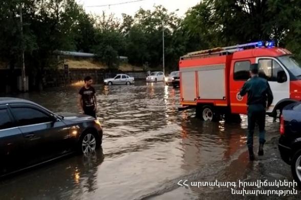 Երևանում ուժեղ անձրևից հետո 6 ավտոմեքենա է արգելափակվել է ջրափոսի մեջ (տեսանյութ)