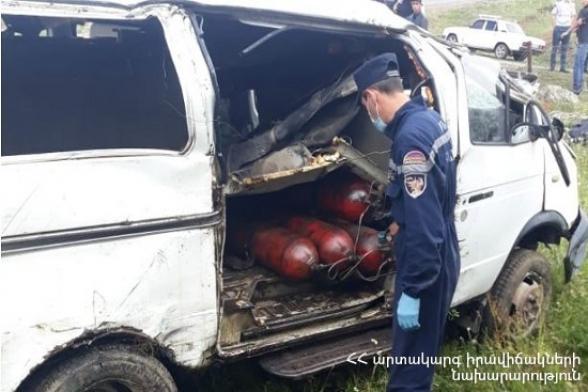 Վարդենիս-Ապարան ավտոճանապարհին «ԳԱԶել» մակնիշի ավտոմեքենան դուրս է եկել ճանապարհի երթևեկելի հատվածից, բախվել պատին և կողաշրջվել