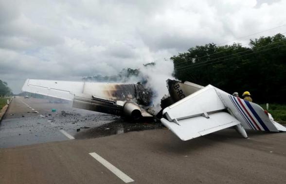 Предполагаемый самолет наркоторговцев упал на шоссе в Мексике