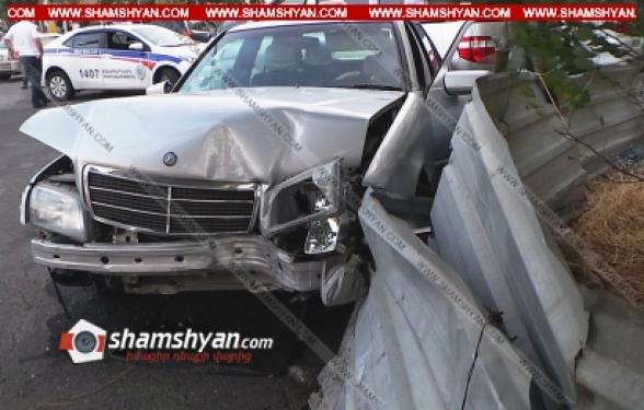 Երևանում 70-ամյա վարորդը Mercedes-ով բախվել է էլեկտրասյանն ու առաջ ընթանալով՝ բախվել կայանված Toyota-ին. կա վիրավոր