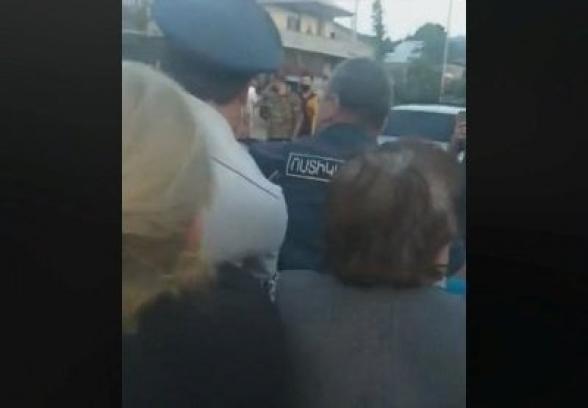 Потасовка между полицейскими и пожилыми гражданами из-за неношения маски