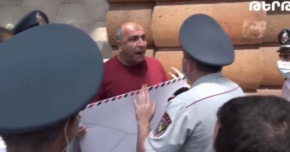 Полицейские подвергли приводу участников акции протеста перед зданием президентской резиденции (видео)