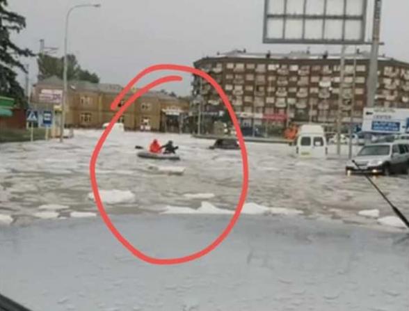 Գյումրիի կենտրոնում հեղեղ է, նավակով են շրջում (լուսանկար, տեսանյութ)