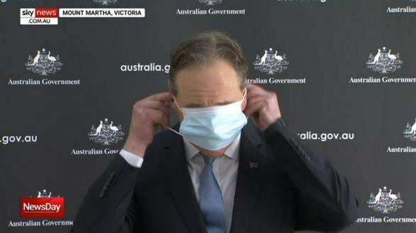 Ավստրալիայի առողջապահության նախարարը չի կարողացել միանգամից հագնել բժշկական դիմակը
