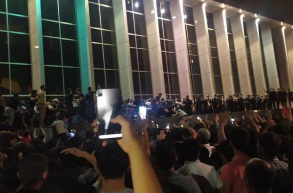 В ходе ночной акции в Баку ранены 7 полицейских, пострадали 16 служебных машин (видео)