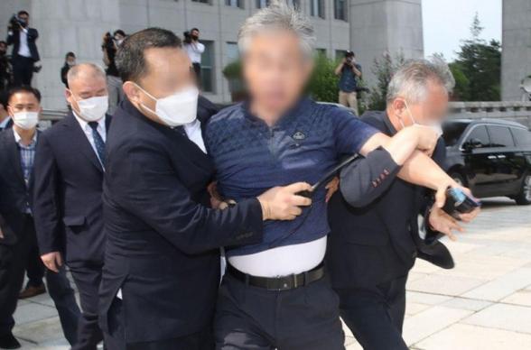 Мужчина бросил ботинок в президента Южной Кореи