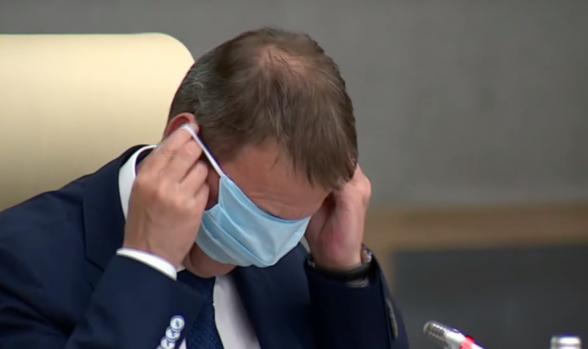 Բարնաուլի քաղաքապետը փորձել է ակնոցի փոխարեն դիմակ դնել աչքերին