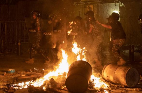 Բեյրութում ոստիկանությունն արցունքաբեր գազ է կիրառել կառավարության հրաժարականը պահանջող տասնյակ ցուցարարների նկատմամբ