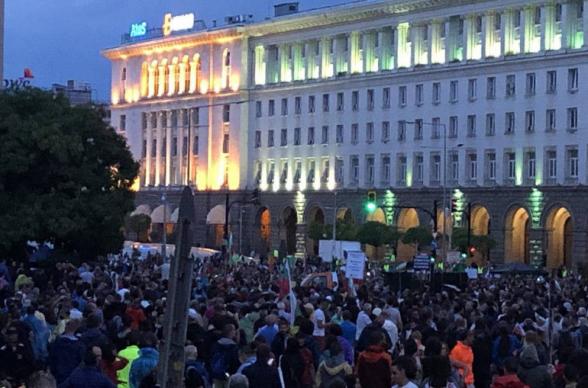Участники антиправительственных протестов в Болгарии вновь блокировали центр Софии