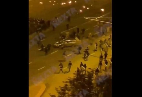 Մինսկում գիշերային ցույցերի ժամանակ ավտոմեքենան մխրճվել է ուժայինների խմբի մեջ