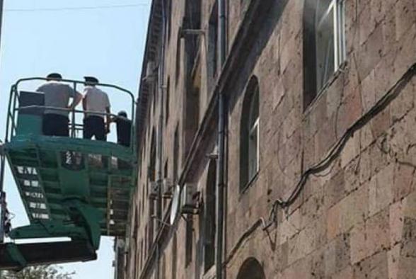 Բնակիչը խոչընդոտել է ապօրինի պատշգամբի ապամոնտաժմանը` սպառնալով երեխային ցած նետել պատշգամբից