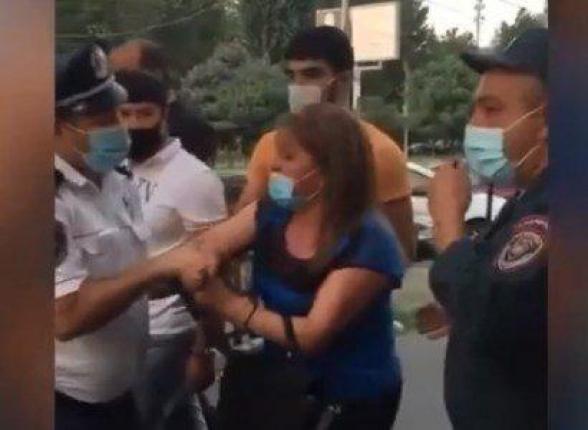 Երևանում ոստիկանները քաշքշելով բերման են ենթարկում մի կնոջ դիմակ չկրելու համար
