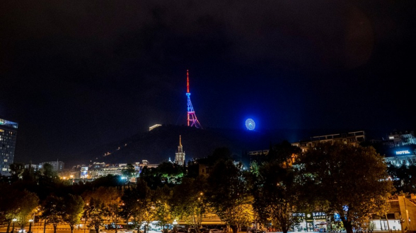 Թբիլիսիի հեռուստաաշտարակը եռագույնով է լուսավորվել (տեսանյութ)