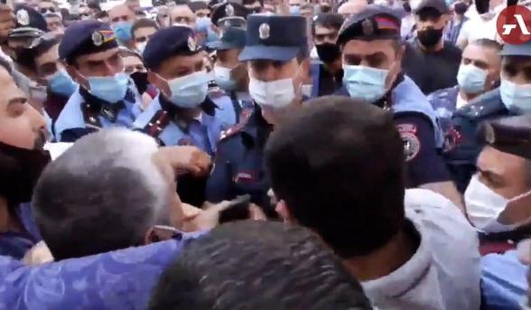 Բախում ոստիկանների և Ծառուկյանի աջակիցների միջև, քաղաքացիները բերման ենթարկվեցին