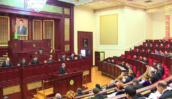 Президент Туркмении подписал закон о внесении изменений в конституцию страны