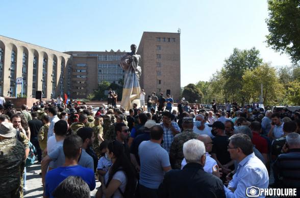Сотни добровольцев АРФД собрались у памятника Манукяну, чтобы отправиться на фронт (видео)