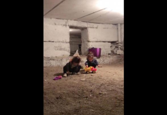 Дети играют в бомбоубежище