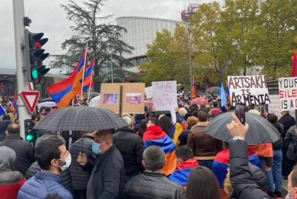 """«Դադարեցրե""""ք ահաբեկչությունը». Ստրասբուրգում հայերն իրենց բողոքի ձայնն են բարձրացնում ՄԻԵԴ-ի դիմաց (տեսանյութ, լուսանկար)"""
