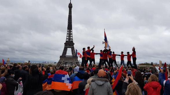 Շուրջ 20 հազար ֆրանսահայեր Փարիզում խաղաղ ցույց են անցկացրել Արցախի անկախության ճանաչման պահանջով
