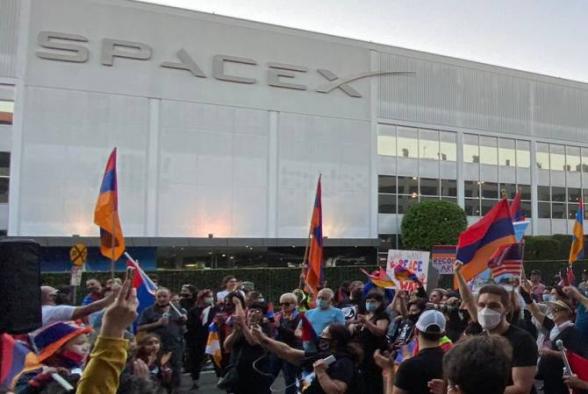 Армяне провели акцию протеста перед штаб-квартирой «SpaceX» с требованием отменить сделки с Турцией