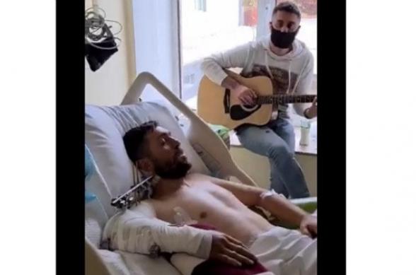 Հիվանդանոցի պատերի ներսում չքանում է ցավն ու տխրությունը. երգում է վիրավոր զինվորը
