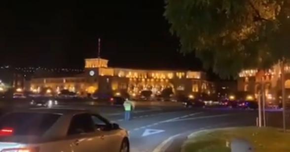 Փաշինյանի ավտոշարասյան համար ոստիկանությունը փակեց Հրապարակի և մյուս փողոցների երթևեկությունը