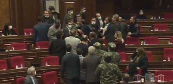 Потасовка в НС: работники службы безопасности вошли в зал заседаний (видео)
