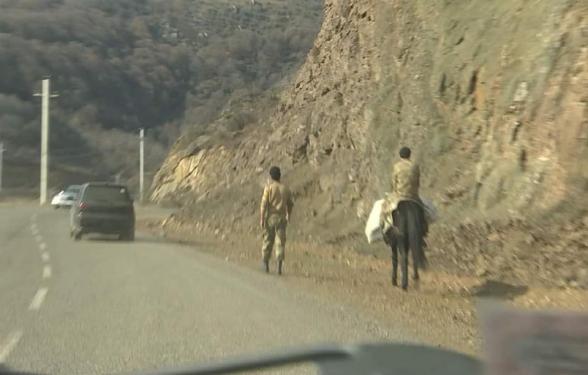 Շուշիի մոտով անցնելիս հանդիպեցի ծանր տեսարանի․ թշնամին բոլոր հնարավոր տեղերում դրել է իր դրոշը, Շուշին էլ անվանել՝ Շուշա, մայրուղու վրա հանդիպեցի ճանապարհին հանգիստ ճեմող և ձիերի վրա որոճացող ադրբեջանական համազգեստով զինվորների (լուսանկար)