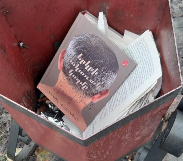 Օրվա կադր․ Ստեփանակերտ․․․ մեր օրեր․ Փաշինյանի գիրքը նետել են աղբամանը