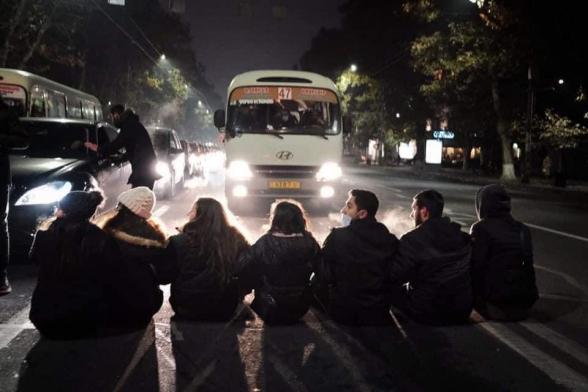Требующие отставки Никола Пашиняна граждане перекрывают улицы (видео)