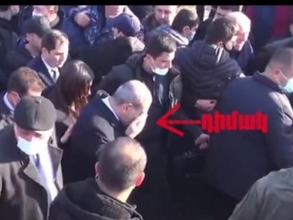 Փաշինյանը ստիպված էր դեմքը մաքրել բժշկական դիմակով.Եռաբլուրում թքել են Փաշինյանի վրա