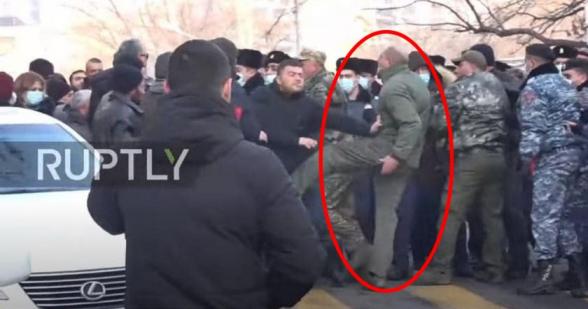 Տեսանյութ.Նկարում ՊՊԾ նորանշանակ ղեկավարն է․ ոտքով հարվածում է իր շեֆերի դեմ խաղաղ անհնազանդություն իրականացնող քաղաքացուն