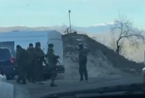 Ադրբեջանցիները թույլ չեն տվել, որ հայկական մեքենաներն անցնեն Գորիս-Կապան ճանապարհով (տեսանյութ)