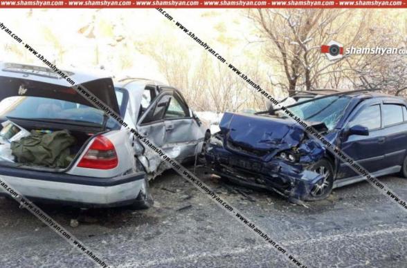 Վայոց Ձորում բախվել են ՀՀ ՊՆ N զորամասի ծառայության պետի Mercedes-ն ու պայմանագրային զինծառայողի Opel-ը, կա 5 վիրավոր