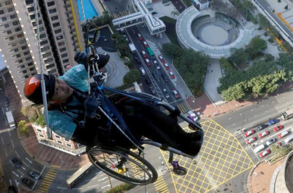 Անվասայլակին նստած հոնկոնգցին մագլցել է երկնաքերն ի վեր բարեգործական նպատակով գումար հավաքելու համար